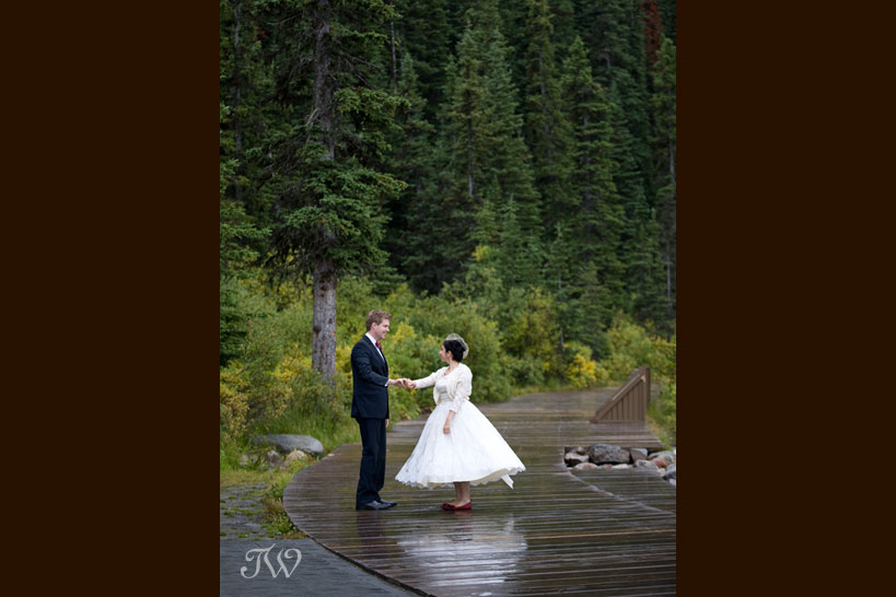 lake-louise-weddings-wedding-photographer-bride-groom-dancing