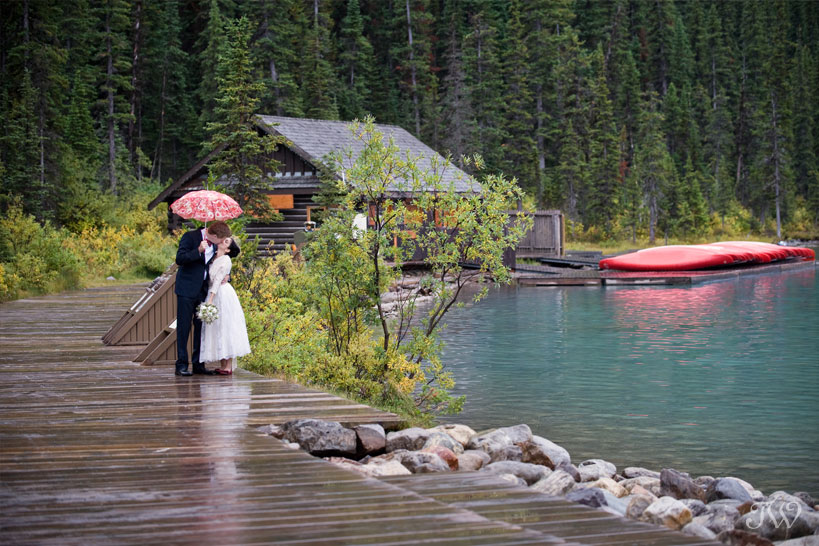 lake-louise-weddings-wedding-photographer-bride-groom-kissing