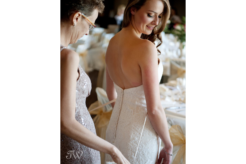 bride and her mother prepare for wedding captured by Tara Whittaker Photography