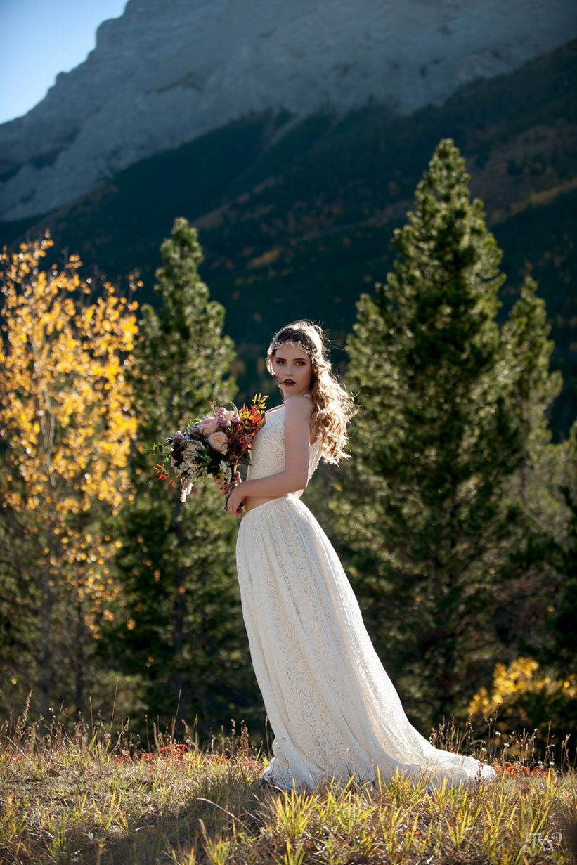 fall bohemian bride in Kananaskis captured by Calgary wedding photographer Tara Whittaker
