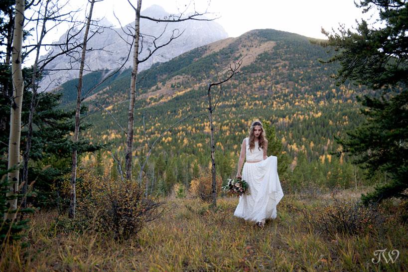 fall bohemian bride in Kananaskis Country captured by Calgary wedding photographer Tara Whittaker