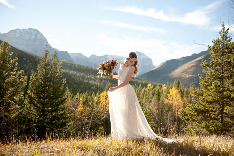 bohemian bride in Kananaskis captured by Calgary wedding photographer Tara Whittaker