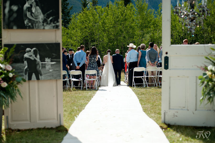 wedding processional at Rundleview Parkette captured by Calgary wedding photographer Tara Whittaker