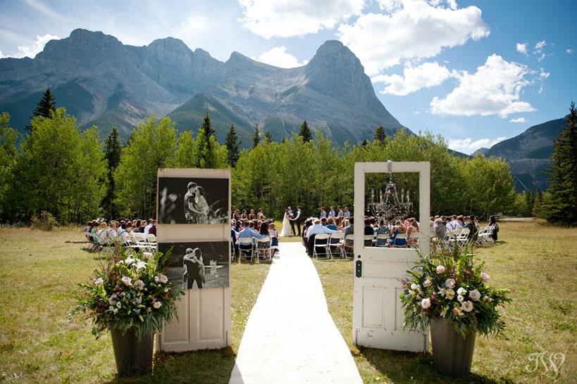 wedding ceremony at Rundleview Parkette captured by Calgary wedding photographer Tara Whittaker