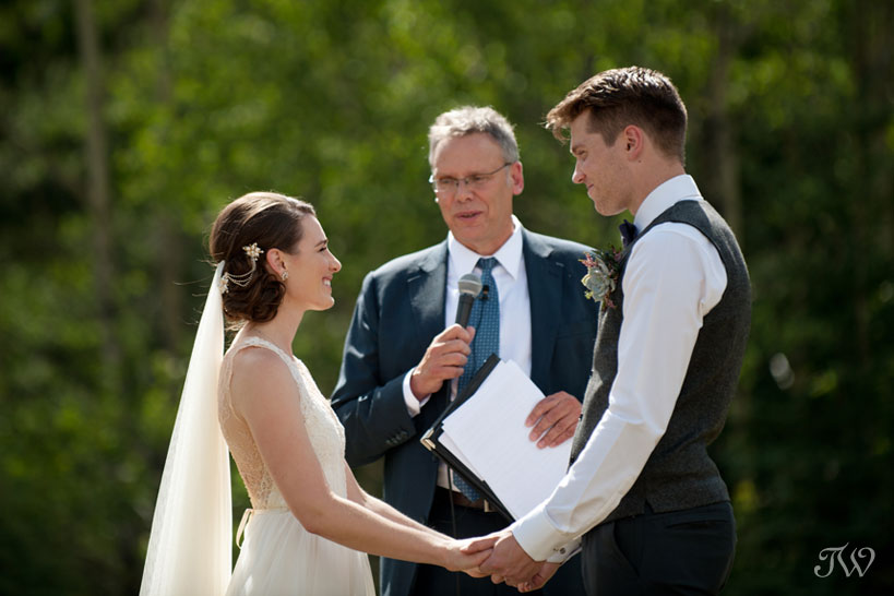 Wedding vows at Rundleview Parkette captured by Calgary wedding photographer Tara Whittaker