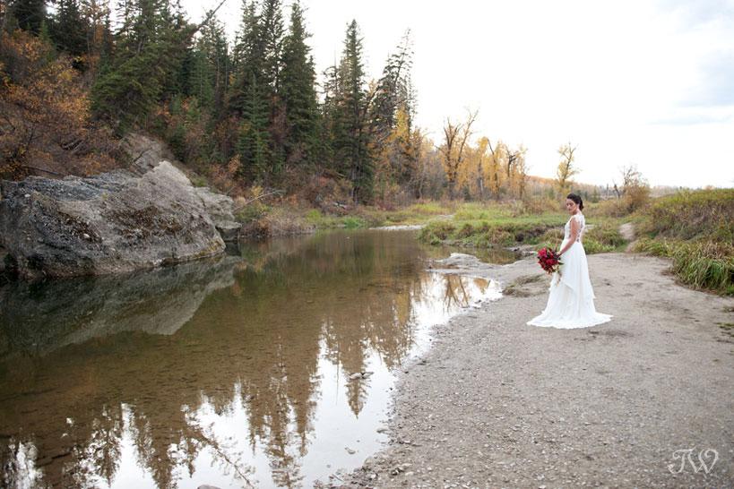 Autumn wedding in Fish Creek Park captured by Calgary wedding photographer Tara Whittaker
