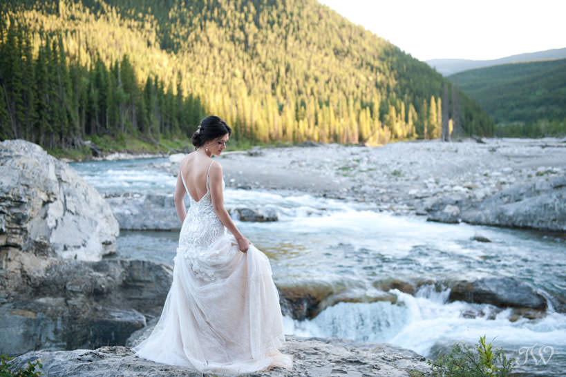 bride at Elbow Falls captured by Calgary wedding photographer Tara Whittaker