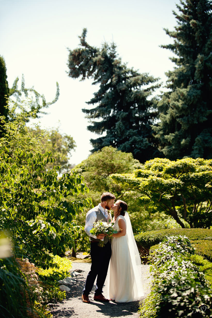 Kelowna wedding photos in Kasugai Gardens captured by Tara Whittaker Photography
