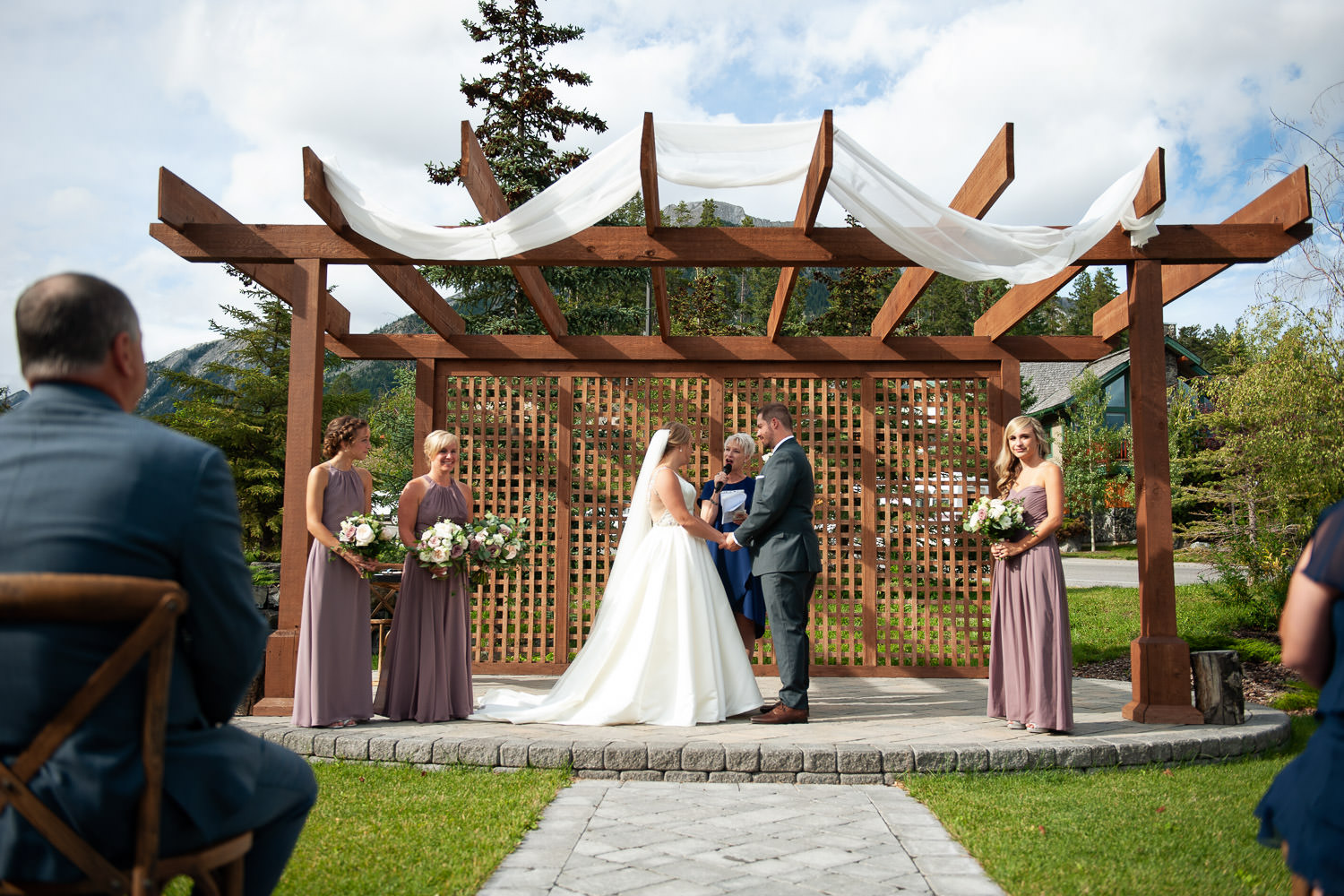 Outdoor wedding ceremony at Creekside Villa wedding captured by Tara Whittaker Photography