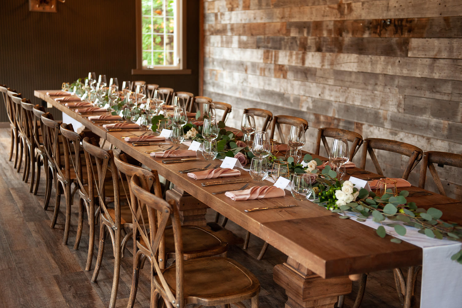 Reception table at a Creekside Villa wedding captured by Tara Whittaker Photography
